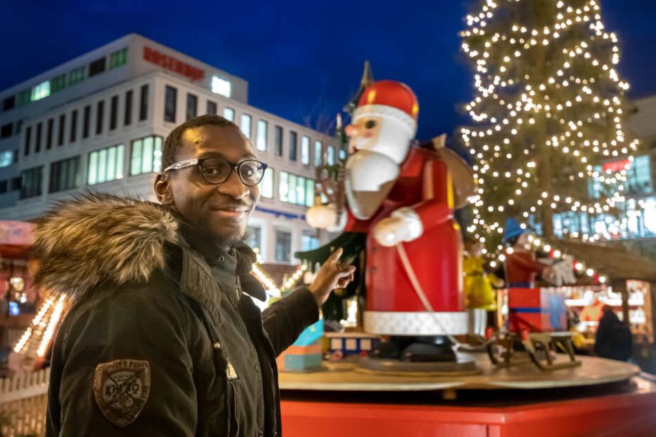 Tarsis Bonga auf dem Chemnitzer Weihnachtsmarkt vor der überdimensionalen Spieldose. Der CFC-Angreifer freut sich auf das Fest.