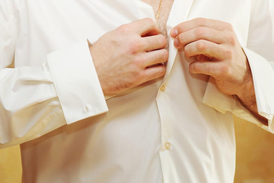 Während sich an einem Männerhemd die Knopfleiste auf der rechten Seite befindet...