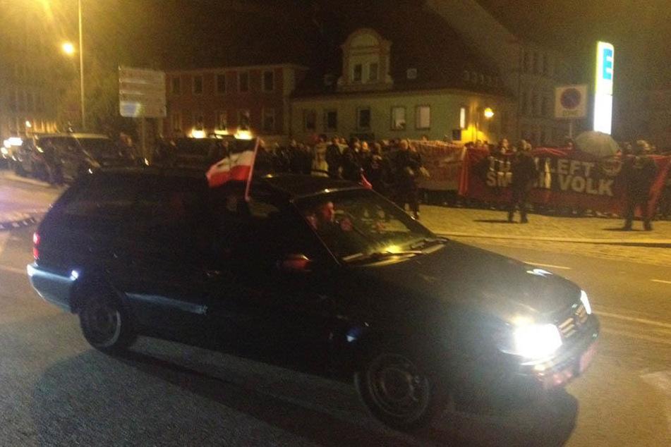 Eine Reichskriegsflagge hängt aus einem Auto.