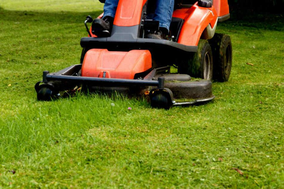 Der Mann stürzte von seinem Rasenmäher-Traktor und verletzte sich tödlich. (Symbolbild)