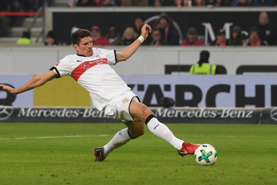 Stuttgarts Mario Gomez schießt auf das Tor.