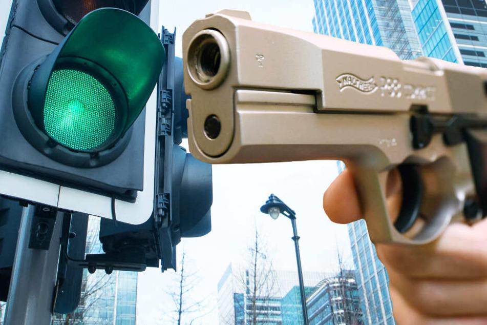 Die Ampel sprang auf grün um, doch der Autofahrer blieb stehen und zückte eine Pistole (Symbolbild).