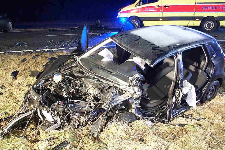 Autos krachen frontal ineinander, Fahrer muss aus Wrack befreit werden