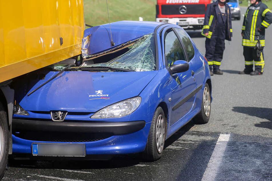 Der Peugeot schob sich bis zur B-Säule unter den Laster.