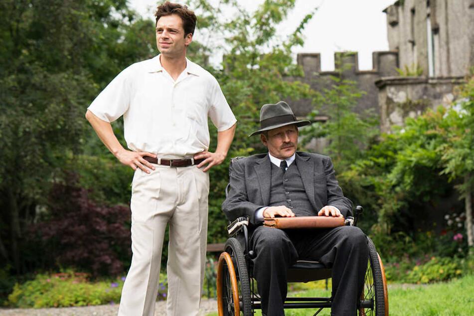 Onkel Julian (r., Crispin Glover) ist vom Auftreten von Charles Blackwood (Sebastian Stan) genervt.