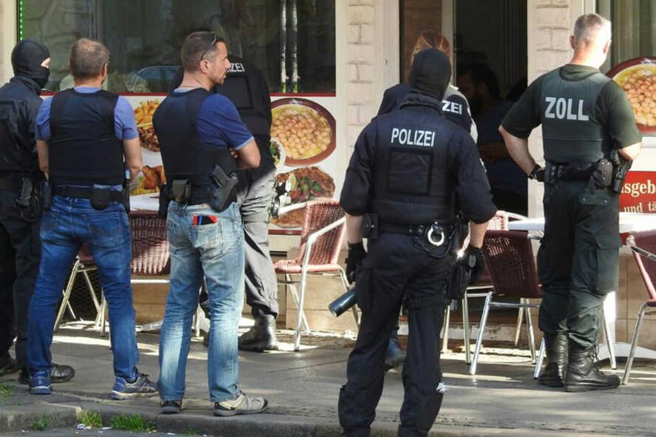 Beamte von Zoll und Polizei nahmen am Mittwoch mehrere Objekte im Leipziger Osten unter die Lupe.