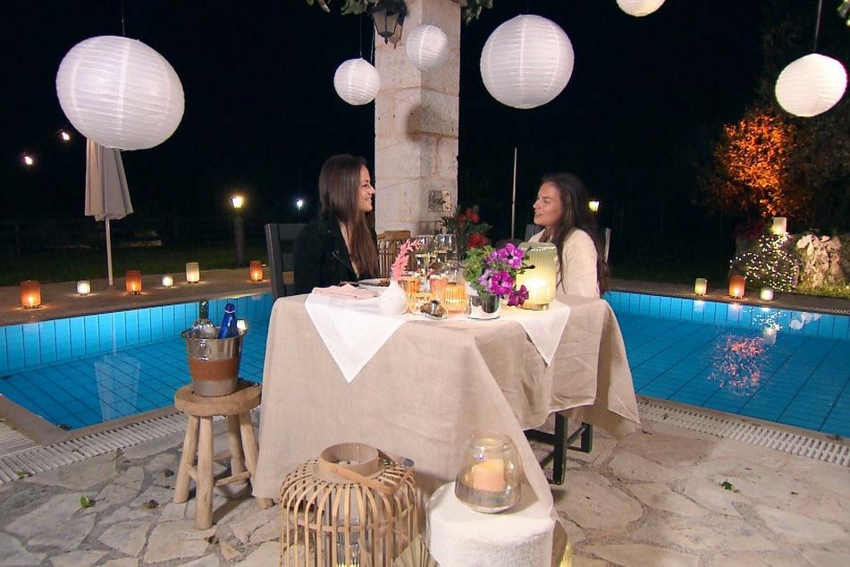 Lou (21, r.) darf zum Übernachtungsdate bleiben und ein romantisches Dinner mit Irina (30) genießen.