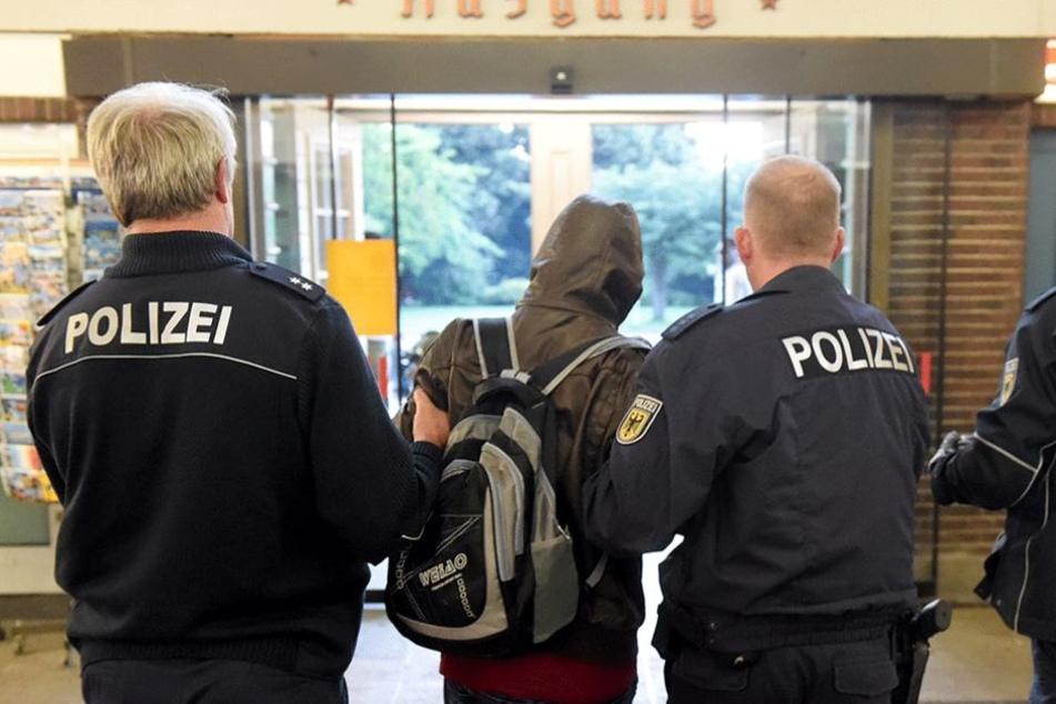 Polizisten bei der Abschiebung eines Asylbewerbers (Symbolbild).