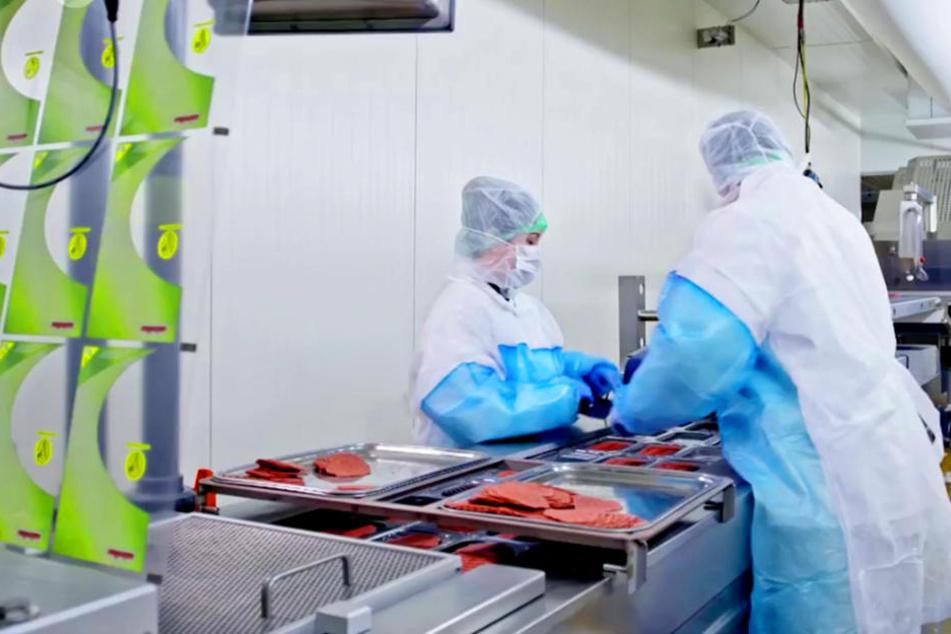 Am laufenden Band wird die vegetarische Salami-Alternative in Gütersloh produziert.