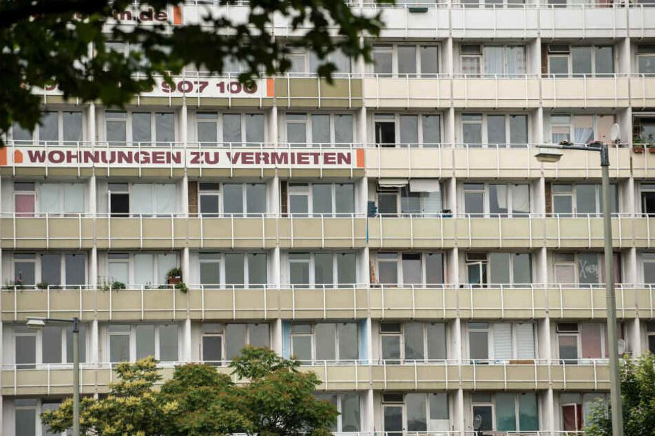 Der 20 Jahre alte Mann soll ebenfalls in dem Block wohnen. (Symbolbild)