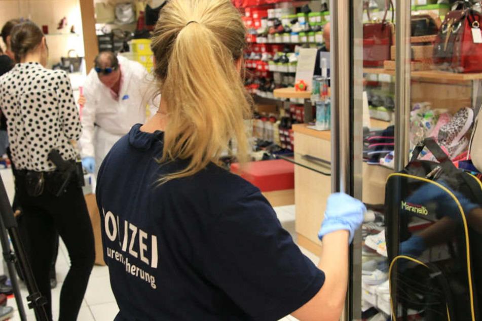 Ein Vater (75) hat in einem Neuköllner Einkaufszentrum auf seine Tochter eingestochen. Polizisten sicherten Spuren.