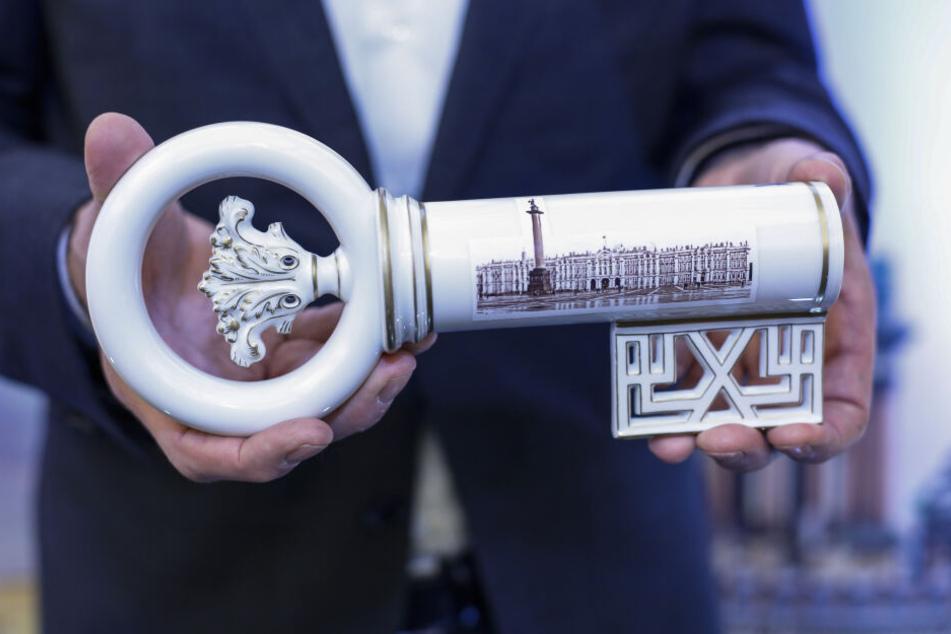 Der Willkommensschlüssel ist mit Motiven aus St. Petersburg (Foto) und Dresden bemalt.