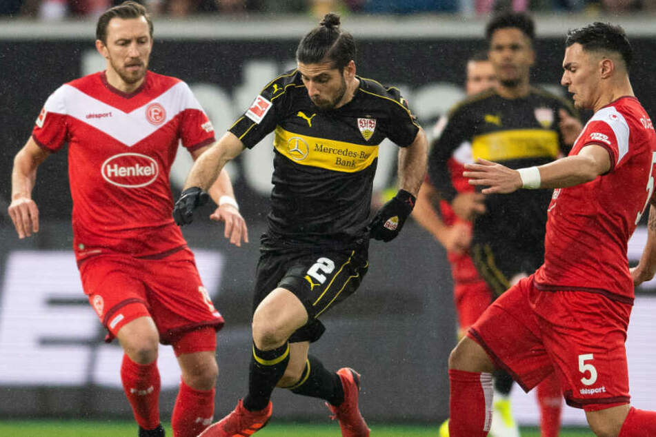 Düsseldorfs Kaan Ayhan und VfB-Verteidiger Emiliano Insua kämpfen um den Ball. Im Hintergrund: Fortunas Adam Bodzek links, und Stuttgarts Daniel Didavi.