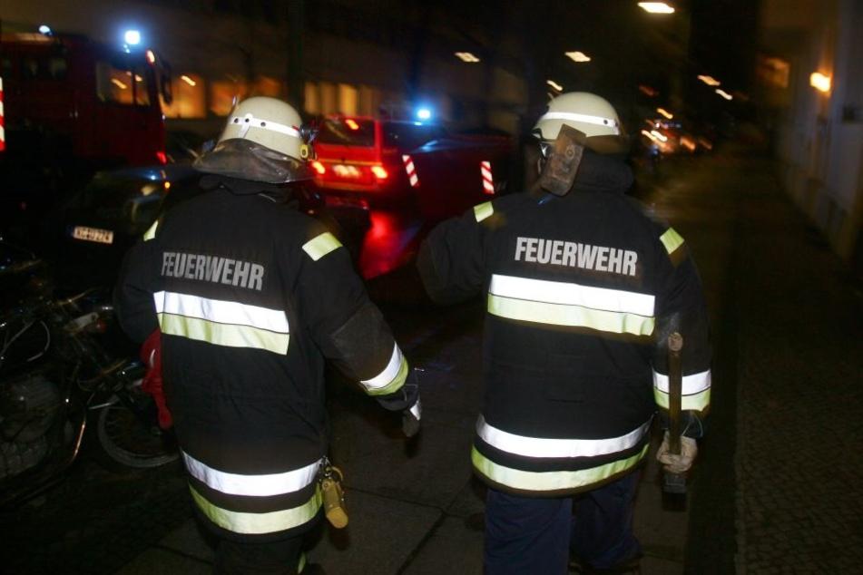 Das Feuer war am Dienstagabend in einer Dachgeschosswohnung ausgebrochen (Symbolbild).