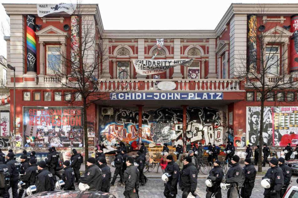 Die Polizei zieht vor dem Kulturzentrum Rote Flora auf.