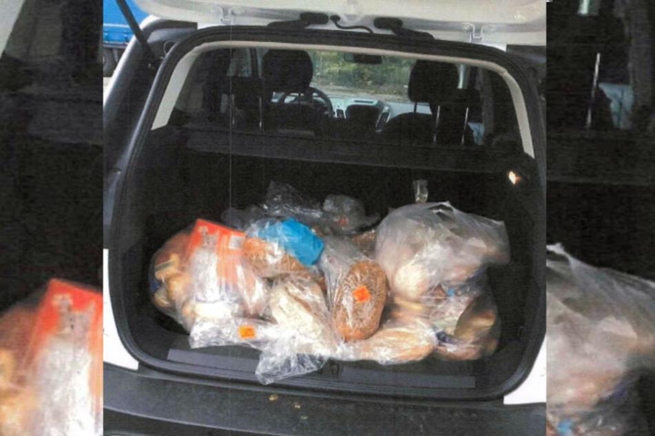Die Frau transportiert immer wieder Lebensmittel in den Wald.