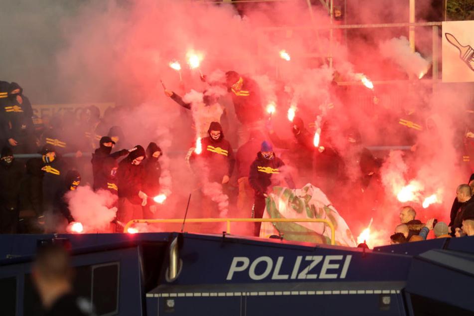 Ein Wasserwerfer positioniert sich nach gewaltsamen Ausschreitungen im Stadtderby vor dem Block von Lok Leipzig. Auch im Alfred-Kunze-Sportpark in Leutzsch soll er bereit stehen.