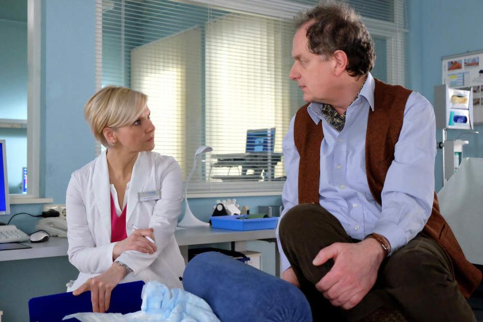 Thomas Bruhnke (r.) will sich nicht von Dr. Kathrin Globisch (l.) behandeln lassen, da sie ihn zu sehr an seine Frau erinnert, von der er sich vor einem Jahr getrennt hat. Doch plötzlich verschlechtert sich sein Zustand und die Ärztin muss ihn operieren.