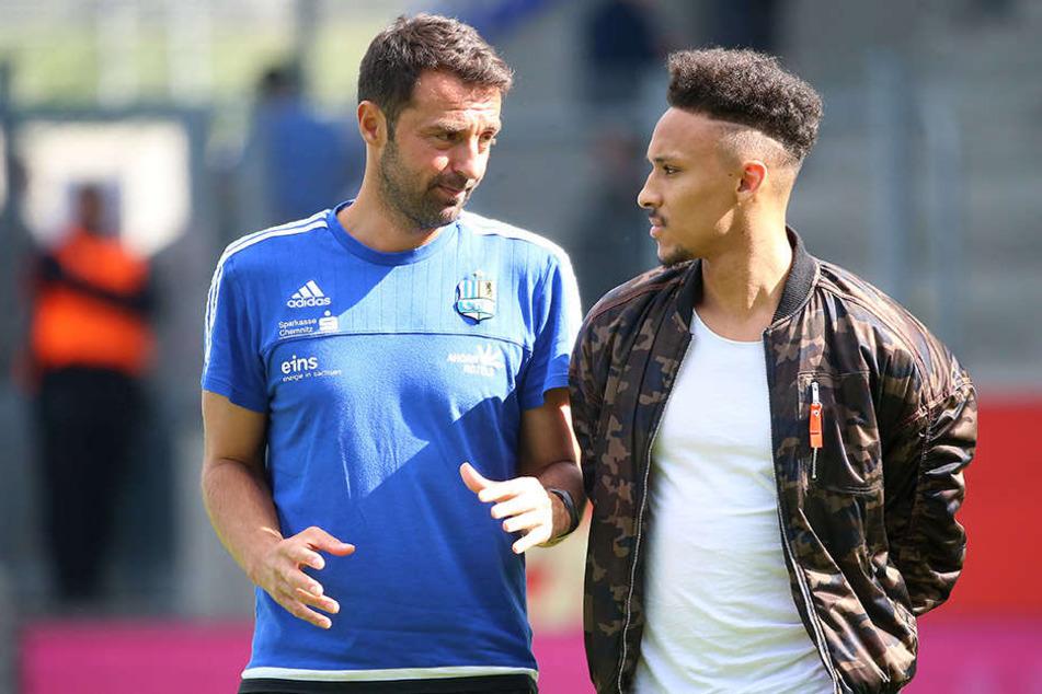 Jamil Dem (r.) in Zivil zu Besuch bei seinem CFC, hier im Gespräch mit Co-Trainer Sreto Ristic.