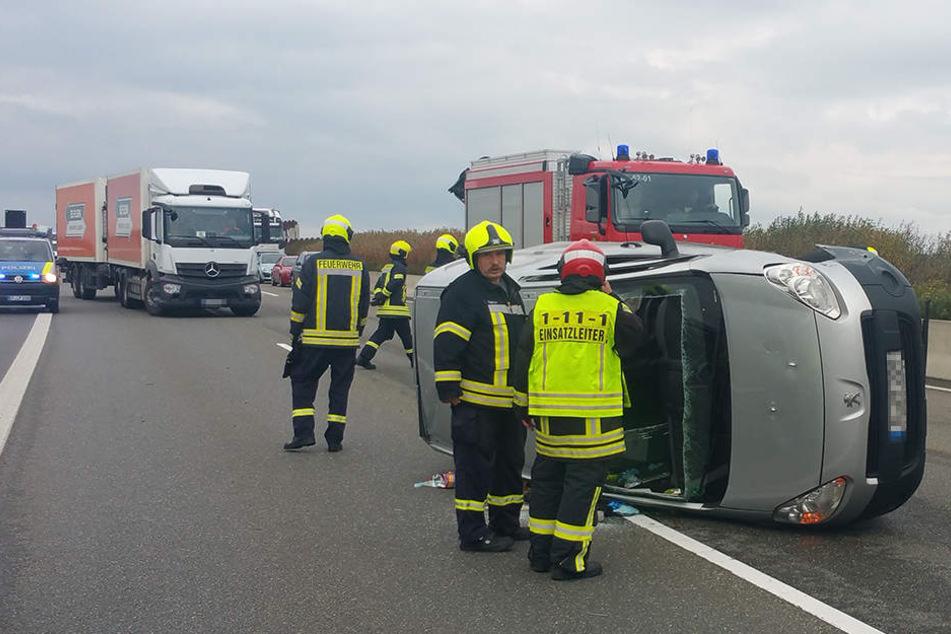 Der Peugeot liegt nach dem Unfall auf der Seite.