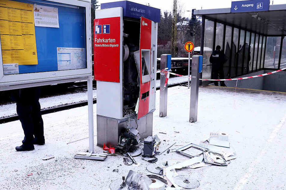 Der Automat an der S-Bahn-Haltestelle in Cossebaude wurde vollständig zerstört.