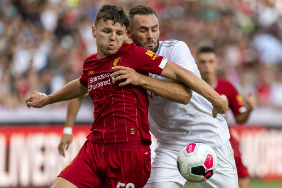 Liverpools Bobby Duncan (l.) kämpft mit Lyons Lucas Tousart um den Ball.