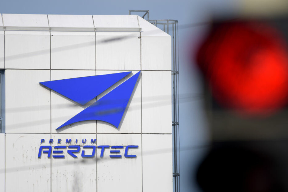 Eine Ampel steht vor dem Werk des Flugzeugherstellers Premium Aerotec auf rot. (Archivbild)