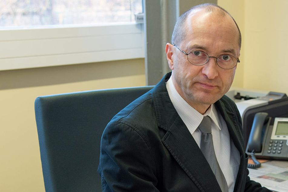 """Richter Stephan Zantke beschreibt in seinem Buch """"Wenn Deutschland so scheiße ist, warum sind sie dann hier?"""" zehn Fälle aus seinem Richterleben."""