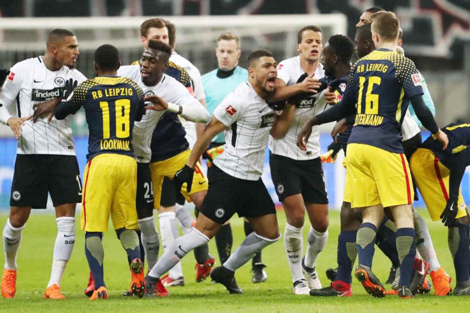 Mit Abpfiff des ersten Durchgangs übertrug sich die hitzige Atmosphäre auch aufs Spielfeld. Leipziger und Frankfurter Spieler gerieten aneinander, konnten aber ohne Konsequenzen getrennt werden.