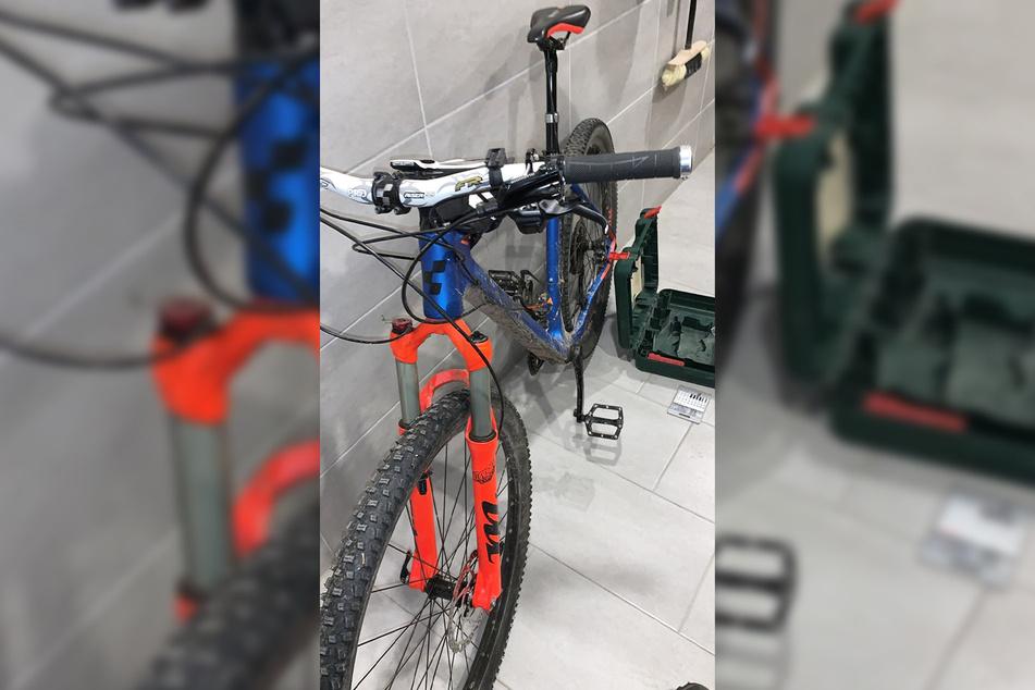 ... und dieses Fahrrad mit Carbon-Rahmen.