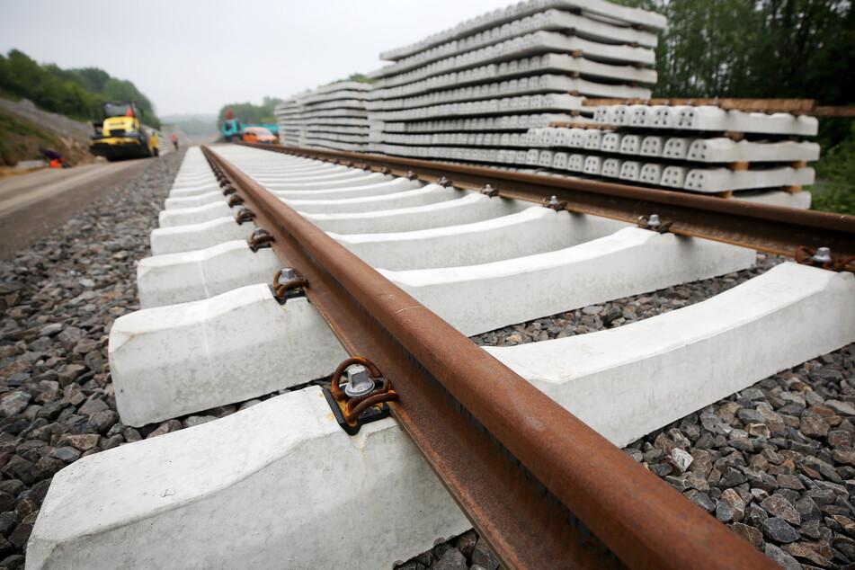 Schock für den Lokführer: Kinder spielen direkt vor dem Zug im Gleisbett