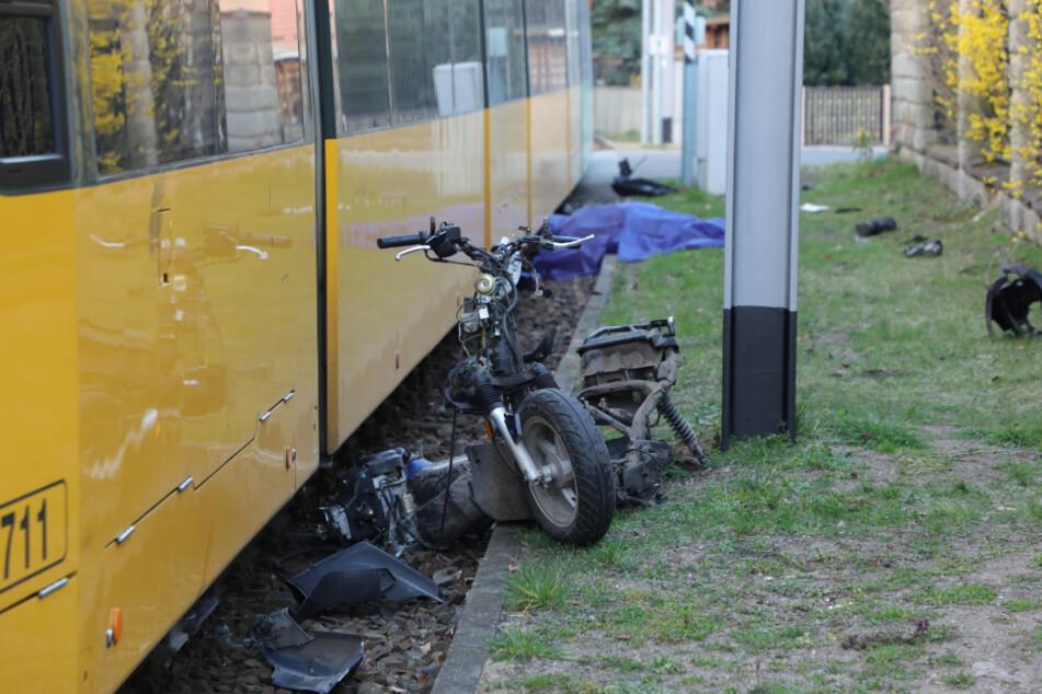 Der Mann und sein Motorrad wurden von der Tram eingeklemmt.