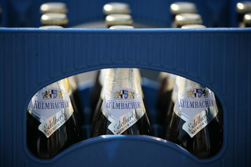 Nach einem Unfall in Merzenich flüchtete ein betrunkener Autofahrer zunächst mit einem Bierkasten (Symbolbild).