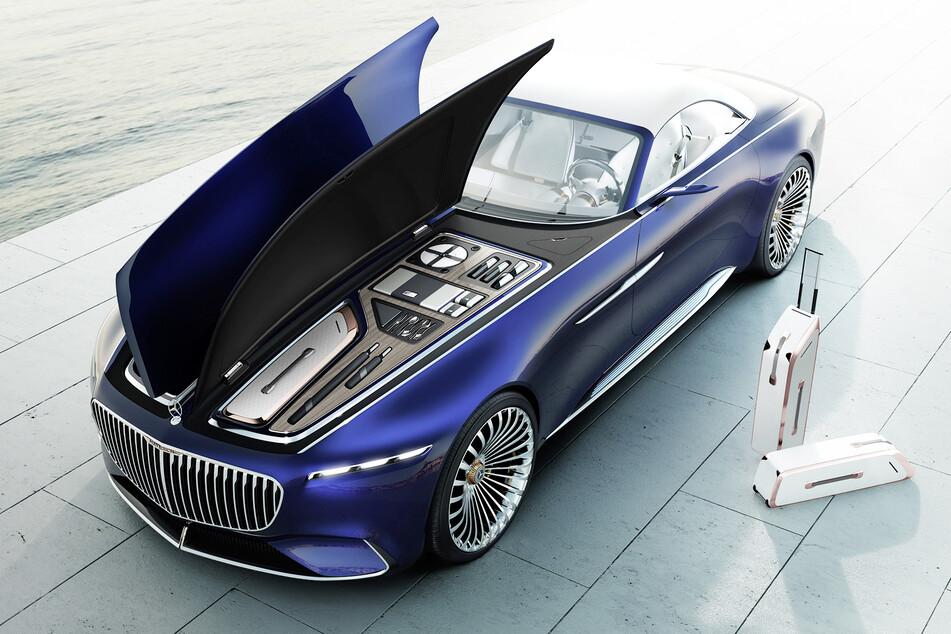 Im vorderen Gepäckraum des Vision Mercedes-Maybach 6 Cabriolet befindet sich ein exklusiv für das Fahrzeug angefertigtes zweiteiliges Kofferset. Darüber hinaus wurde ausreichend Platz für weitere Accessoires wie beispielsweise Picknick-Zubehör oder persönliche Gegenstände vorgesehen.