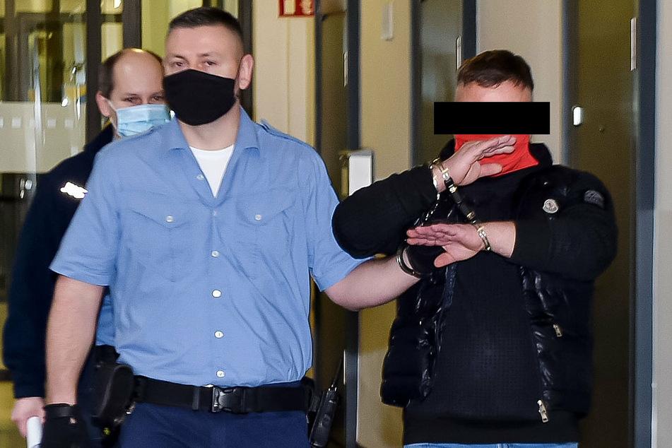 Udo R. (50), hier beim Prozessauftakt, muss sich am Landgericht Dresden wegen gefährlicher Körperverletzung verantworten.