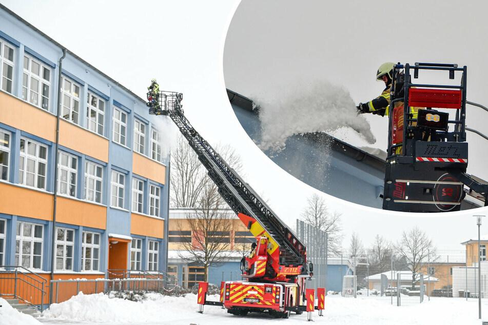 Mit der Drehleiter ging es für die Bautzner Feuerwehr hoch auf das Schuldach. In luftiger Höhe schippte diese dann den Schnee (r).
