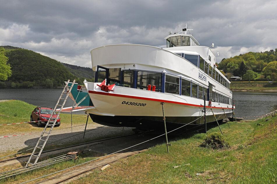 """Das Fahrgastschiff """"Aachen"""" liegt am Ufer des Rursees auf dem Trockenen."""
