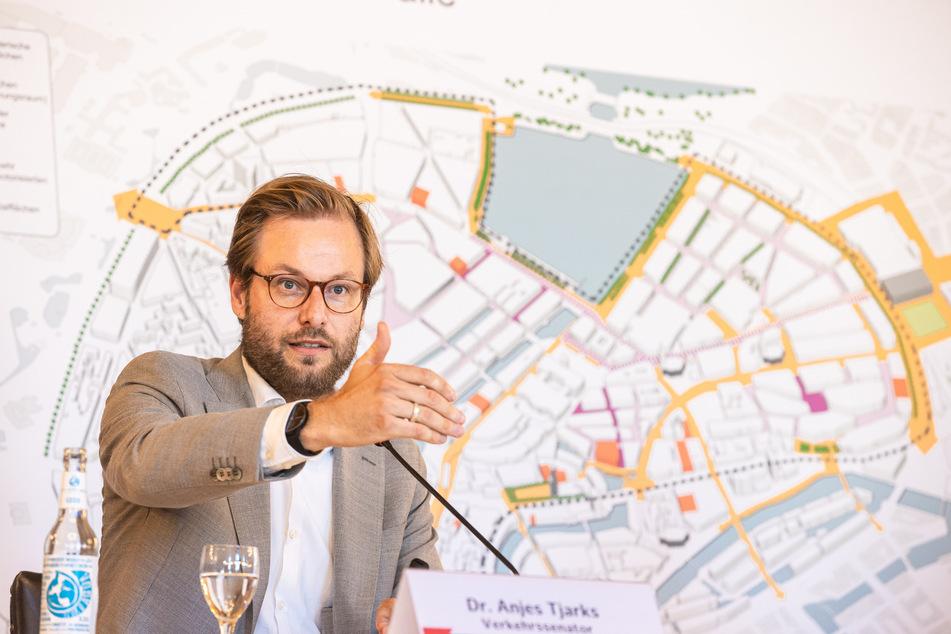Hamburgs Senator für Verkehr und Mobilitätswende, Anjes Tjarks (Grüne), informiert über den Stand der Planungen zum Projekt auf dem Weg zur autoarmen Innenstadt.
