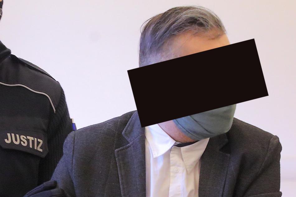 Von einem Justizbeamten wird der 38-Jährige zur Verhandlung gebracht.
