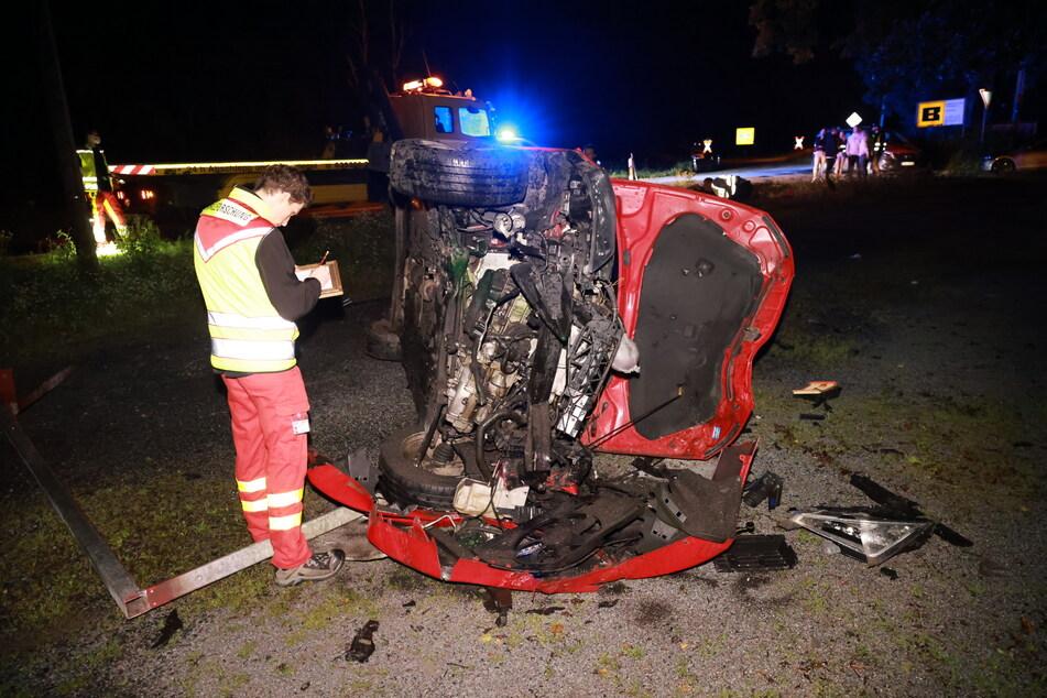 Das Auto landete auf der Seite und bekam bei dem Unfall erhebliche Schäden ab.