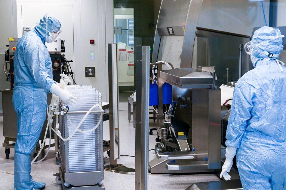 In Schutzanzügen sind Mitarbeiter im Werk des Impfstoffherstellers IDT Biologika in Dessau-Roßlau in der Wirkstoffherstellung beschäftigt. Bald kommt neue Arbeit auf sie zu.
