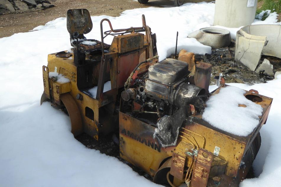 Feuer auf Lagerplatz: Baumaschine brennt komplett ab