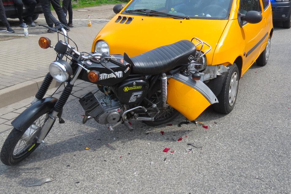 Bei dem Crash hatte sich die Frontschürze des Renault in dem Moped verkeilt.