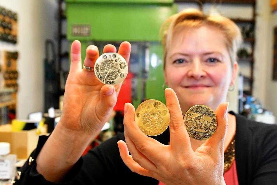 Bestes Handwerk: Katrin Burk (41) zeigt die drei Medaillenvarianten aus der Werkstatt ihres Vaters.