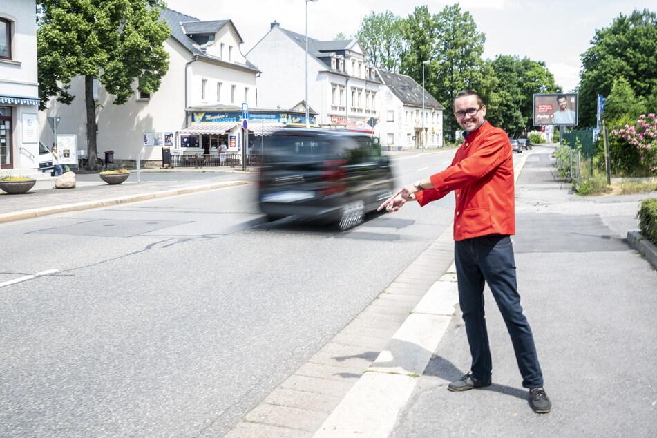 Andreas Marschner (40, CDU) freut sich, dass Siegmar mit einem Zebrastreifen für die Zwickauer Straße sicherer werden soll.