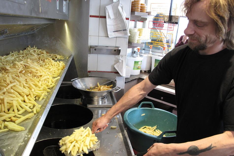 """Dominique Bonnier bereitet in der """"Maison Antoine"""" Pommes Frites zu."""