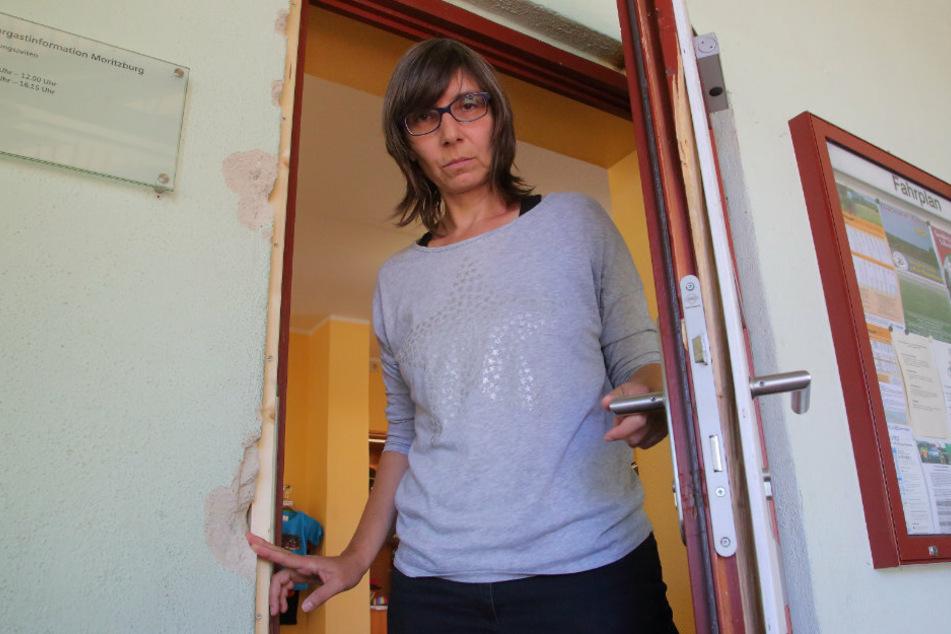 Ines Heinrich (47), Leiterin des Shops, zeigt die Zerstörungen.