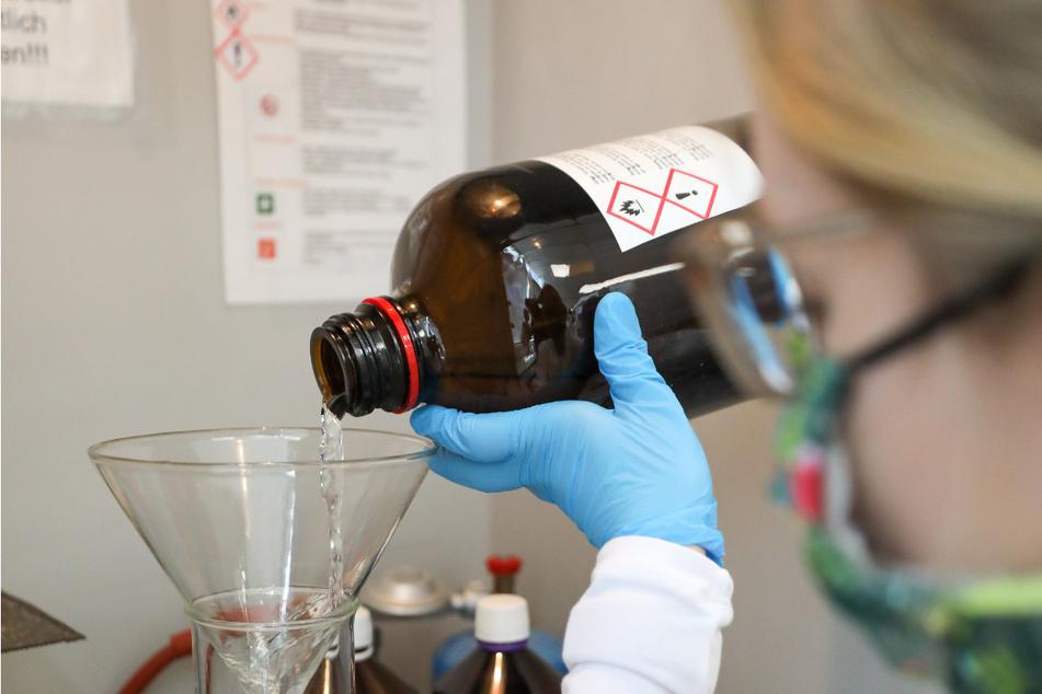 In vielen Apotheken werden die Rohstoffe für Desinfektionsmittel nun selbst zusammengemischt. Den dazu benötigten hochprozentigen Alkohol liefern viele Spirituosen-Hersteller.
