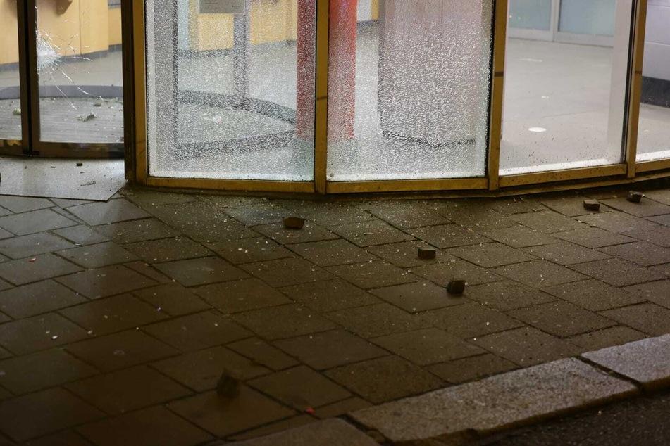 Die Täter warfen mit Steinen die Fensterscheiben der Sparkasse ein.