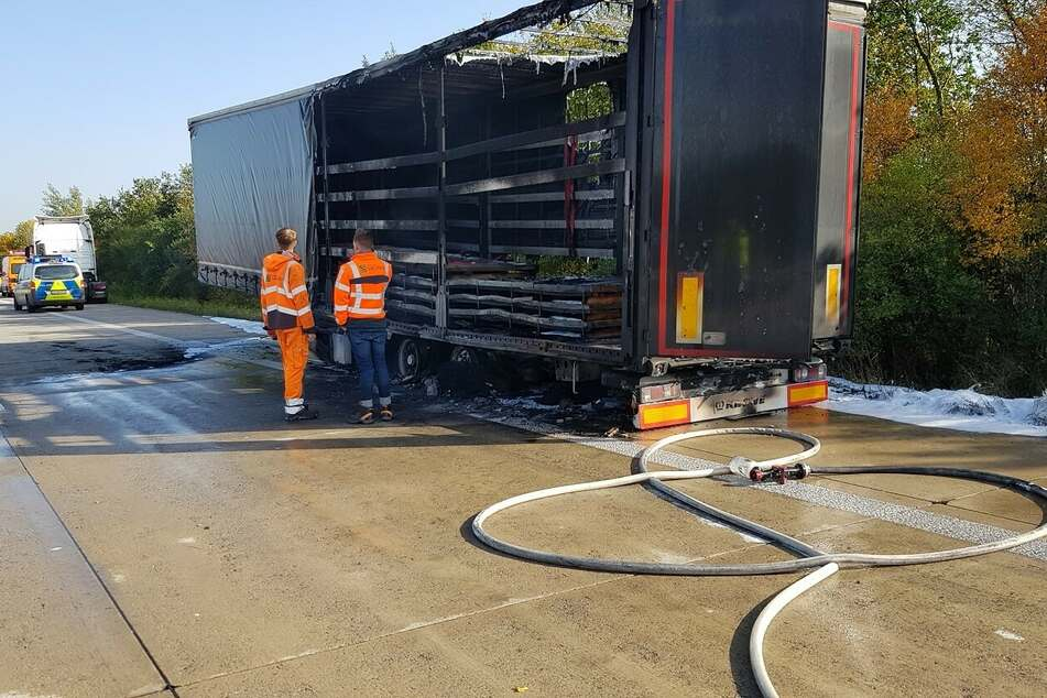 Unfall A4: Lkw-Anhänger brennt auf der A4: Autobahn voll gesperrt